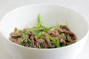 В салатнике смешать мясо, чеснок, лук и перец. Такой приятный запах, что ах...