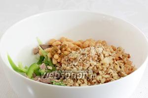 Поджарить грецкие орехи, слегка измельчить и добавить их в салат. Посолить по вкусу, всыпать специи.