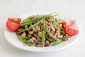 Выложить салат на блюдо и подавать. Помидорки для украшения и яркости.