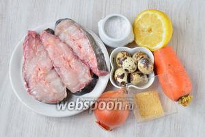 Для приготовления заливного из сома вам понадобится лимон, соль, морковь, лук репчатый, яйца перепелиные, желатин и сом.