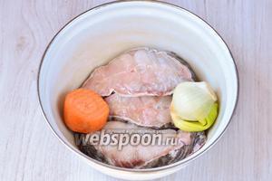 Сома, если вы покупаете целого следует нарезать кусочками, как на фотографии. Я сразу купила нарезанного и очищенного. В кастрюлю кладём морковь, лук репчатый и рыбу, взбрызгивая лимонным соком.