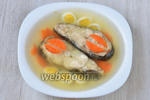 Заливаем рыбу получившейся жидкостью и отставляем в прохладное место на 2 часа. Спустя отведённое время вкусное заливное готово и его можно подавать на стол. Приятного аппетита!