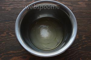 Для меренги: белок смешать с сахаром, поставить на водяную баню, нагреть (помешивая) до 50ºC. В этом  рецепте  подробно описано.