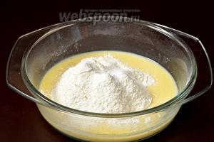 Добавить просеянную с лимонной кислотой и содой пшеничную муку.