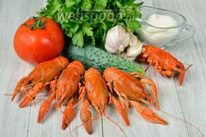 Для приготовления салата с раковыми шейками и овощами вам понадобится майонез, помидоры, огурцы, чеснок, раки отварные и соль.