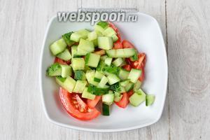 В салатник высыпаем нарезанные огурцы и помидоры.