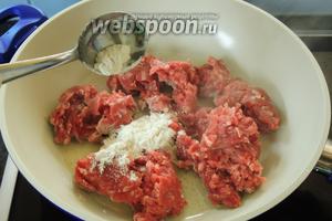 На горячем масле — 1 ст. л. обжарим фарш около 2-3 минут, добавив 1 ст. л. муки. Затем вынимаем мясо из сковороды.