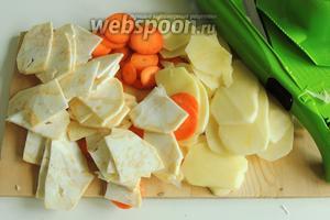 Картофель, морковь и сельдерей шинкуем на кусочки толщиной около 2 мм.
