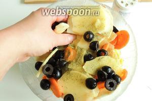 Смешаем шинкованные овощи с нарезанными пополам маслины и приправляем.