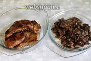 Грибы и мясо вынуть из сковороды, поставить в тепло.