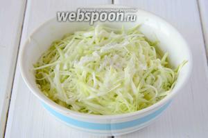 В глубокую миску натереть кабачок на крупной тёрке, добавить соль, хорошо перемешать.