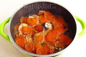 Посуду поставить на плиту, при сильном нагреве довести до кипения, а затем, уменьшив огонь, накрыть крышкой и поварить в течение 30 минут.