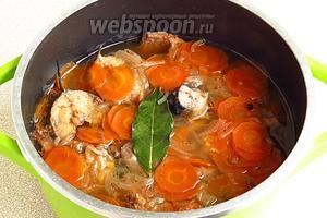 Добавить перец горошком и лавровый лист и поварить ещё в течение 5–7 минут. Подать скумбрию с картофельным пюре или отварным рисом.