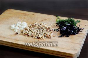 Пока жарятся баклажаны, измельчить чеснок, базилик с укропом и орехи.