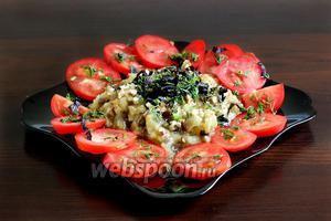 Посыпать салат орехами и зеленью, полить оставшейся заправкой. Можно подавать!