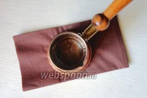 В турку закладываем кофе, чеснок, розмарин заливаем водой, готовим на медленном огне. Следим за кофе, как только начнёт закипать, снимаем с огня. Настаиваем 1-2 минуту и можно разливать.