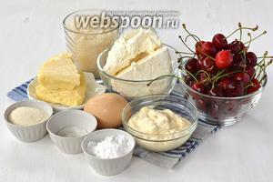 Для приготовления сырника с черешней нам понадобится творог, сливочное масло, сметана, манная крупа, соль, сахар, ванильный сахар, черешня, крахмал картофельный.