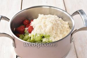 Соединить клубнику, сахар и ревень и оставить на 3-4 часа для того, чтобы появился сок.