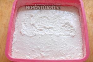 В смазанную кусочком сливочного масла и обсыпанную манкой форму, выложите творожную смесь. Разровняйте. Оптимальный размер формы примерно 17х17 см.