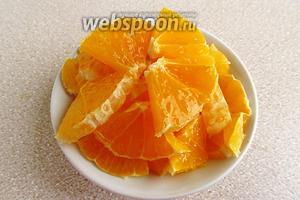 С апельсинов снять белый слой, а мякоть сначала порезать на тонкие кружочки, а затем каждый кружочек разрезать на 4 сектора.