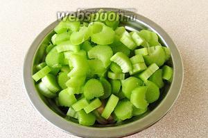 Стебли без листьев (черешки) ревеня вымыть, обсушить, удалить с них волокнистые нити и нарезать поперёк на кусочки.