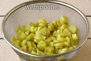 Ревень выложить на дуршлаг и дать стечь жидкости. Вес ревеня после бланшировки должен равняться 1 кг.