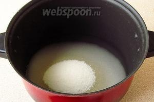 Сахар растворить в горячей воде (2 стакана), оставшейся после бланшировки.