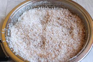 Кокос слегка нам нужно подсушить на сухой сковороде до румяного цвета. Делаем это быстро, потому что он легко поджаривается. Ставим его остыть.