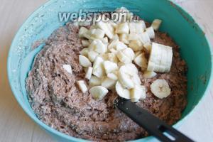Бананы мелко порежем и тоже добавим в наше тесто.