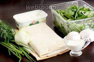 Для приготовления пирога со шпинатом возьмём шпинат свежий или замороженный (у меня и то и другое), лук репчатый (можно взять порей), лук зелёный, яйца, сливки (или молоко), мягкую брынзу или сыр Фета, тесто слоёное.