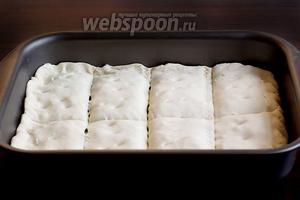 Сделать надрезы, но не до самого дна, а то начинка вытечет. Верх наколоть вилкой, чтобы при выпечке пирог не вздувался.
