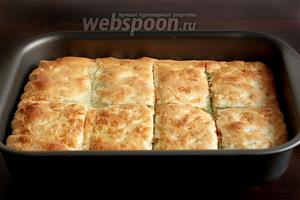 Готовый пирог сразу же разрезать на порции по заранее намеченым надрезам. Верх должен быть очень хрустящим, а начинка сочной и мягкой. Угощайтесь, это так вкусно!