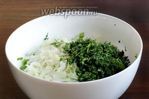 К шпинату добавить размягчённый репчатый лук, нарезанный зелёный лук, измельчённый укроп. Влить взбитые яйца и всё перемешать.
