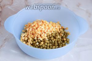 Туда же добавляем консервированную кукурузу — тоже отцеживаем жидкость.