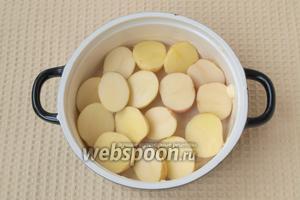 Керамическую или стеклянную жаропрочную форму смазать сливочным маслом. Выложить слой картофеля.