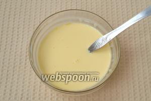В отдельной посуде взбить желтки с солью и молоком.