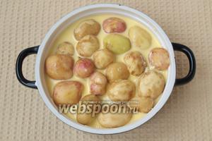 Залить полученной массой картофель и запечь в духовке при 200ºC около 40 минут. Приятного аппетита!