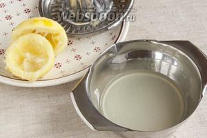 Лимон промыть, покатать по столу с усилием, чтобы выдавить из него побольше сока. Счистить тёркой цедру. Оставить щепотку для декора, накрыв перевёрнутым стаканом, чтобы не высохла. Остаток цедры использовать в других блюдах. Лимон разрезать пополам, выдавить сок.