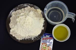 Для приготовления теста вам понадобятся пшеничная мука (сорт 0) и цельнозерновая пшеничная мука, вода, оливковое масло, молоко, соль, сахар, дрожжи сухие. Для украшения хлеба можете использовать кунжут или овсяные хлопья. Для присыпки формы можете использовать муку или семолину.