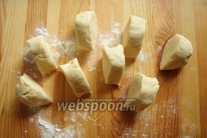 По истечению времени достаём наше тесто и начинаем печь коржи. Наше тесто делим на 8 частей.