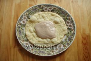 Собираем торт как обычно. На тарелку выкладываем корж и обильно промазываем кремом.