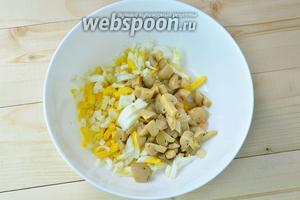В глубокий салатник высыпаем нарезанные грибы и яйца.
