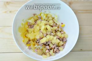 Кладём нарезанные ананасы.