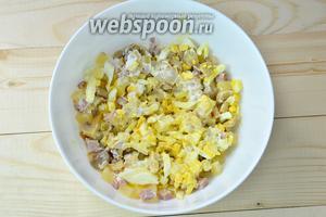 Заправляем салат майонезом и солим по вкусу. Готовый салат по желанию можно украсить и подать порционно. Приятного аппетита!