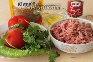 Для начинки необходимы фарш средней жирности, помидор, болгарский перец, свежая зелень (в рецепте петрушка, но я взяла кинзу), масло и специи.