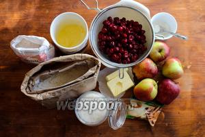 Для приготовления рецепта вам потребуется: пшеничная, кукурузная и ржаная мука, спелые хрустящие яблоки, замороженная или свежая вишня без косточек, сливочное масло, сахар, корица и соль.