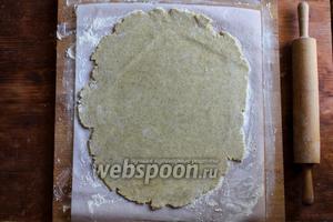 Раскатайте тесто в овальный пласт толщиной 0,5 см.