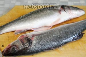 Рыбу очистить, выпотрошить, хорошо промыть под краном.