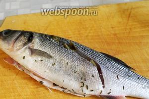 Сделать на рыбе диагональный надрез, куда тоже положить каперсы.