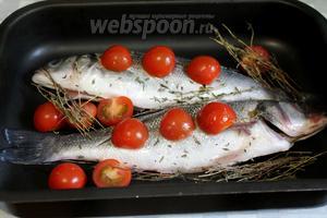 Рыбу уложить на смазанный маслом противень, окружить веточками тимьяна и половинками помидоров, полить поверхность оставшимся маринадом.